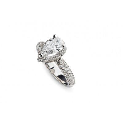 Anello di fidanzamento in oro bianco con diamante a Goccia